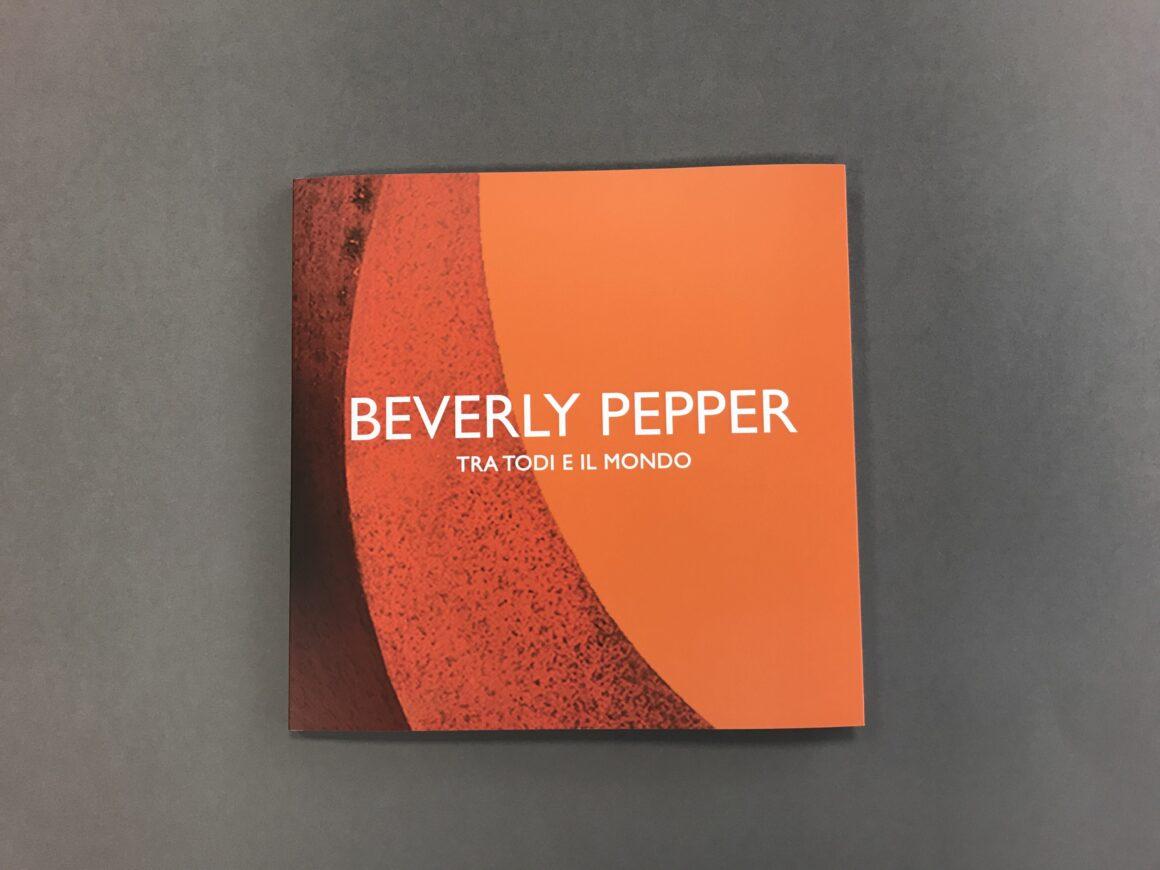 Beverly Pepper fra Todi e il mondo. Il catalogo sulla storia di Todi Columns